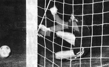 Kist' 2e penalty wordt door Jos de Feyter gestopt