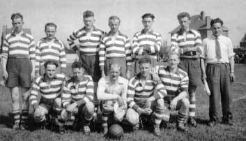 IJsselmeervogels 1955 in vreemde shirts tijdens beslissingswedstrijd te Huizen tegen Quick Boys